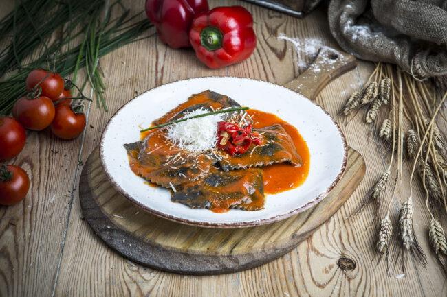Raviolacci de langostino con salsa piquillo